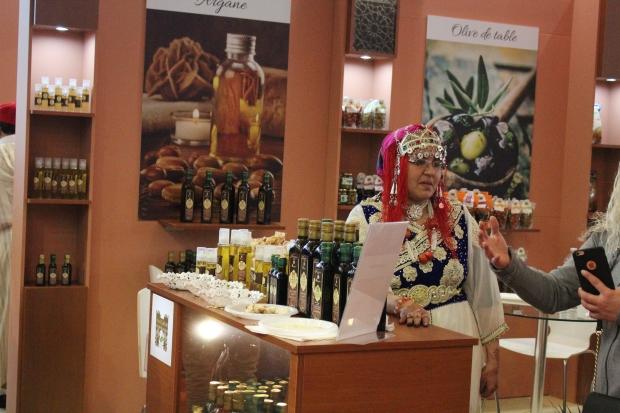 Produits du Maroc et femme en habit traditionnel